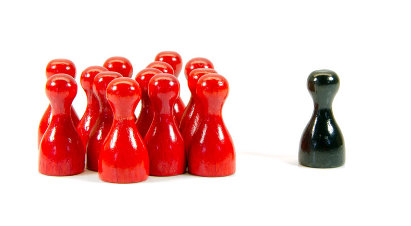 mehrerer rote Spielfiguren stehen einer einzelnen schwarzen Figur gegenüber