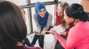 Lachende Frauen aus verschiedenen Kulturen