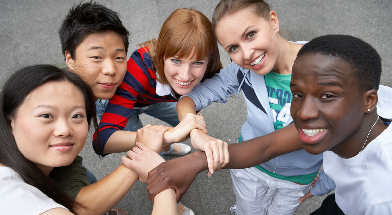 Menschen aus verschiedenen Kulturen halten sich die Hände