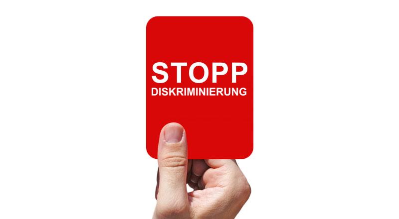 Rote Karte mit Stopp Diskriminierung Schrift